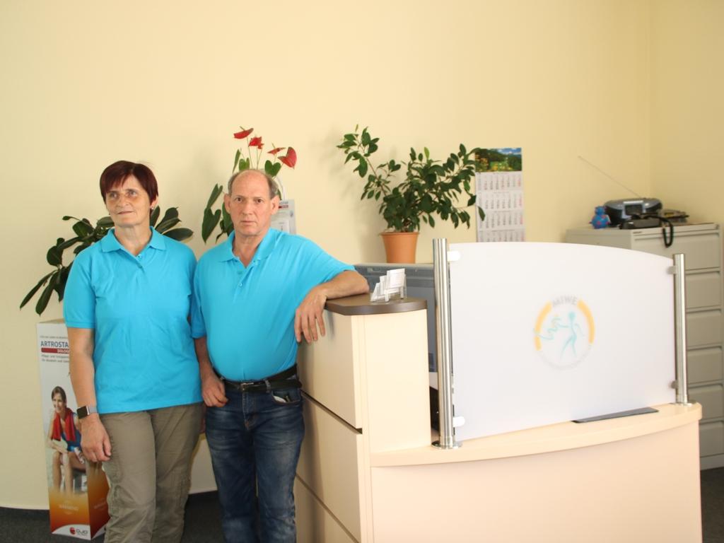 Marieta Turteltaube-Uduc (leitende Physiotherapeutin) und Michael Weber (Inhaber, Schmerztherapeut und Psychoonkologe)