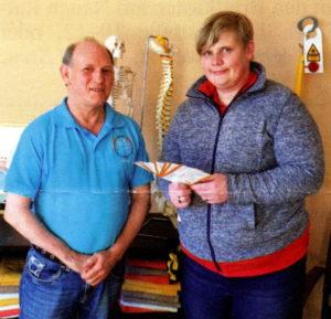 Theresia Richter nimmt die Gutscheine für das Netto-Team im MIWE-Gesundheitszentrum von Michael Weber entgegen.