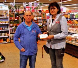 Michael Weber im Forster REWE-Markt bei Inhaberin Doreen Urban und überreicht seine Gutscheine für die REWE-Mitarbeiter