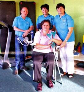 Patientin Monika Langhammer fühlt sich vom Team des MIWE-Gesundheitszentrums - hier Michael Weber, Jana Rietschel und Marieta Turteltaube-Uduc - bestens betreut
